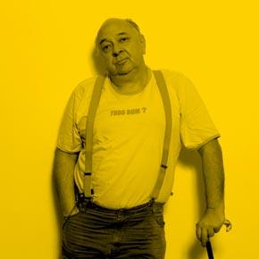 Rémy Kolpa Kopoul et le T-Shirt de l'association Tudo Bom pour la brochure Voyageurs du Monde au Brésil.