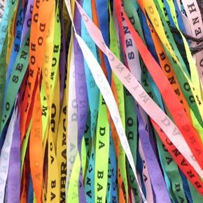 Depuis quelques années les bracelets brésiliens sont très à la mode au Brésil et sont diffusés partout dans le monde.
