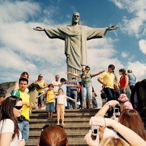 Montez pour découvrir le Christ Rédempteur protecteur de Rio de Janeiro mais aussi la vue sur la ville.