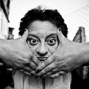 """Voyageurs du Monde aime le travail du photographe de JR dans les faveles pour son projet """"Women are heros""""."""