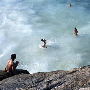 Enfants se baignant près des plus grandes chutes d'eau du Brésil; les chutes d'Iguaçu.
