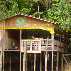 Une croisière sur l'Amazone permet de découvrir tout au long du fleuve de nombreux villages accueillants.